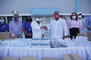 Tony Peña entrega al hospital Dr Alejandro Cabral sillas de ruedas a demás  de insumos médicos
