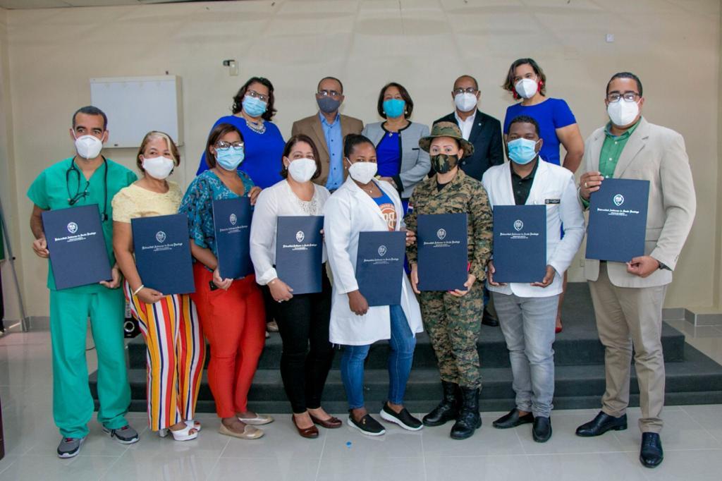 UASD Barahona entrega certificados a personal del Hospital Dr. Alejandro Cabral